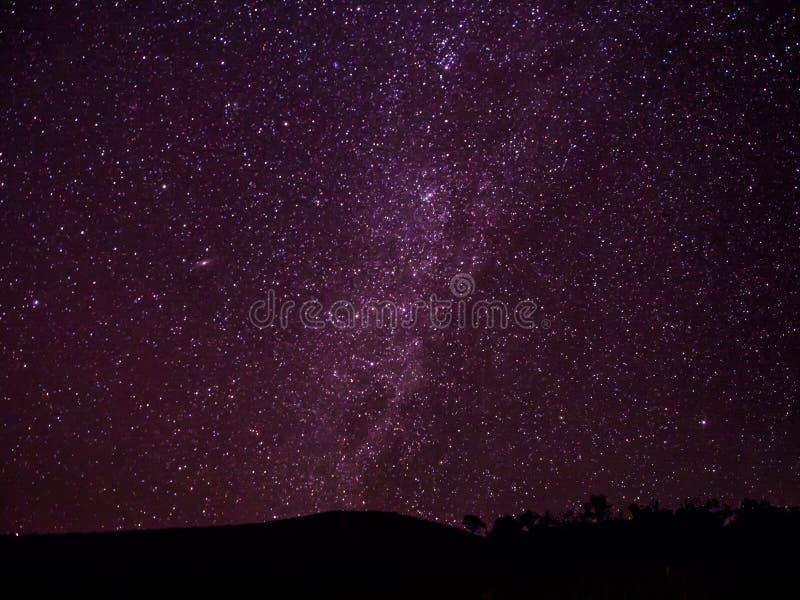 Milkywaymelkweg en sterren boven de donkere heuvel in Thaise Chiangmai, stock afbeeldingen