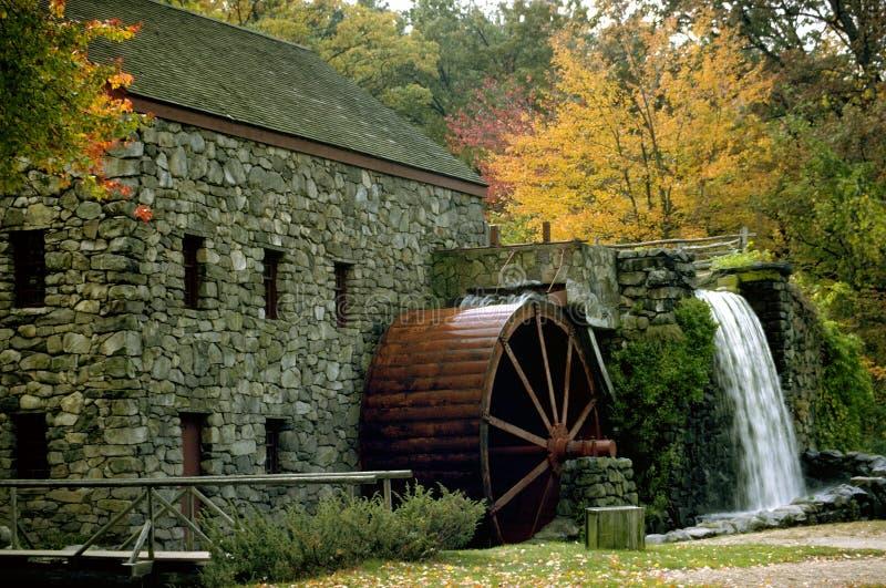 Download Mill jesienią obraz stock. Obraz złożonej z woda, england - 40347