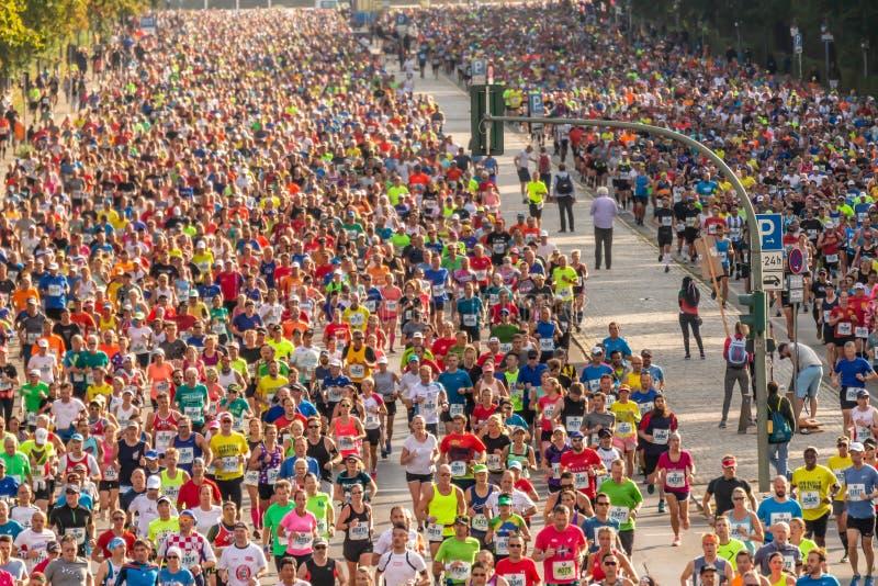Millares de corredores que participan fotos de archivo libres de regalías
