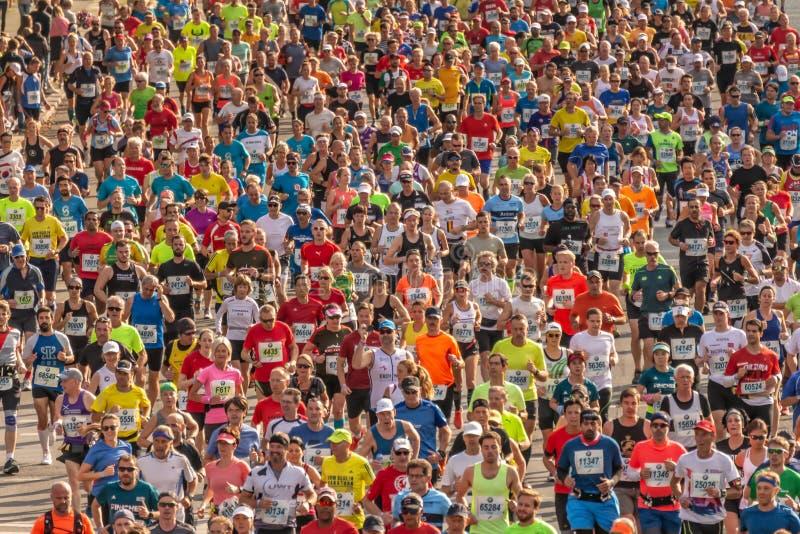 Millares de corredores que participan foto de archivo