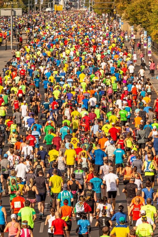 Millares de corredores que participan fotografía de archivo