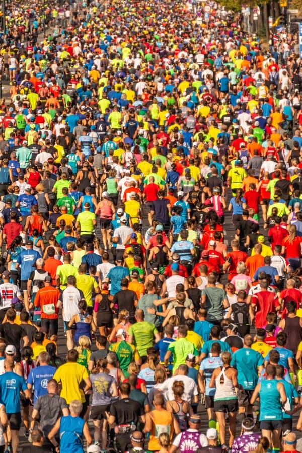 Millares de corredores que participan imagenes de archivo
