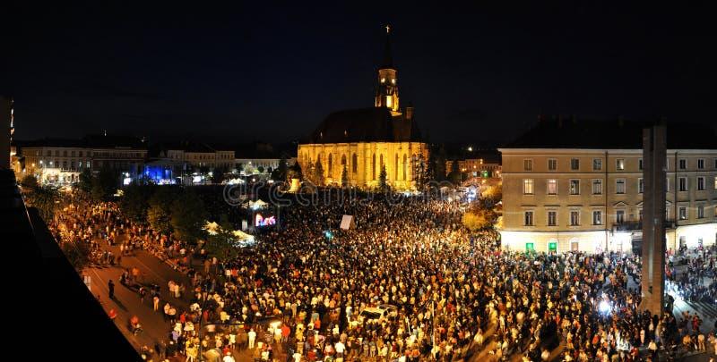 Millares de gente durante una ópera rock viva fotografía de archivo