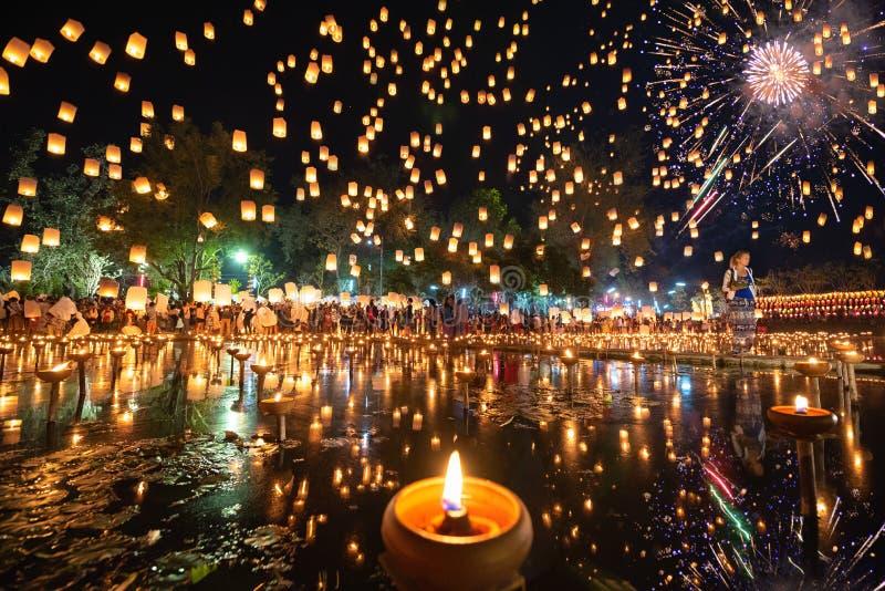 Millares de linternas, de gente y de fuegos artificiales flotantes en el festival de Yee Peng o de Loy Krathong imagen de archivo libre de regalías