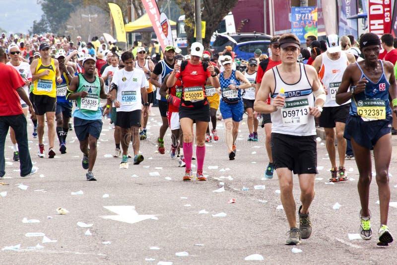 Millares de participantes que funcionan con en 2014 a camaradas Marathon Road fotografía de archivo libre de regalías