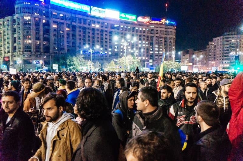 Millares de protesta de la gente en Bucarest fotos de archivo