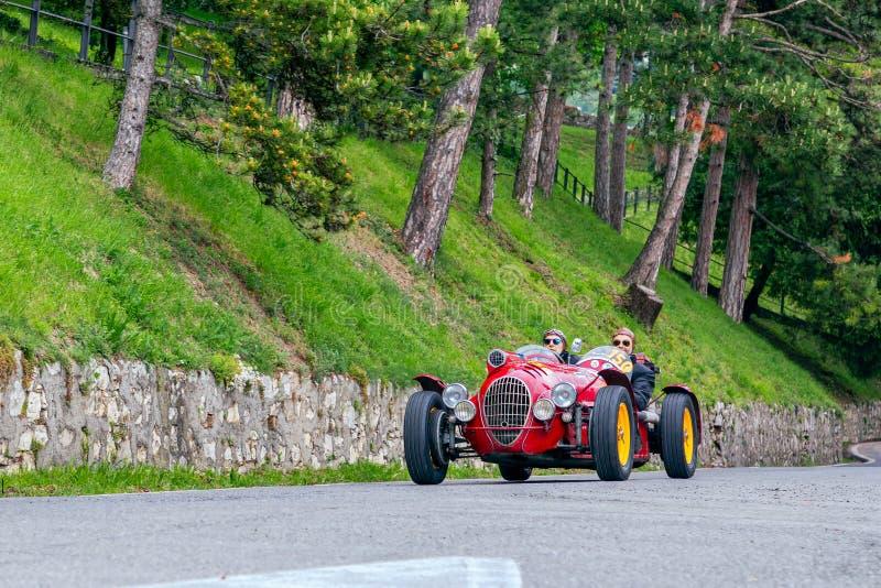 1000 millas 2019, Brescia - Italia 15 de mayo de 2019: La carrera de coches histórica de Mille Miglia Dos hombres que acometen en imagen de archivo libre de regalías