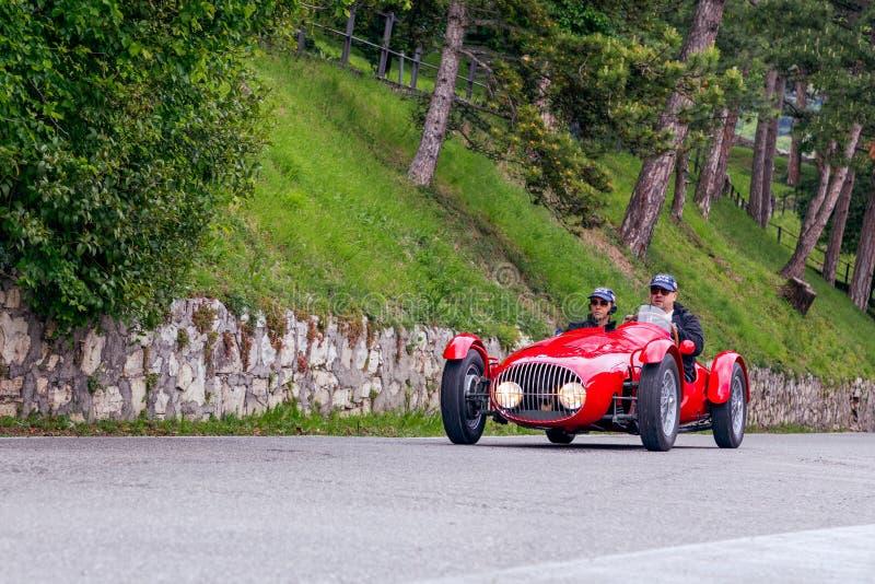 1000 millas 2019, Brescia - Italia 15 de mayo de 2019: La carrera de coches histórica de Mille Miglia Un par que acomete en un vi fotos de archivo