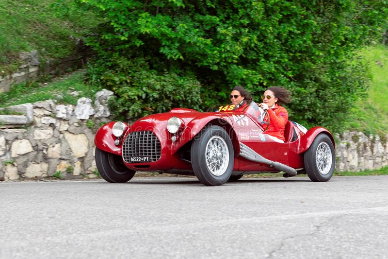 1000 millas 2019, Brescia - Italia 14 de mayo de 2019: La carrera de coches hist?rica de Mille Miglia Dos muchachas que acometen  fotos de archivo libres de regalías