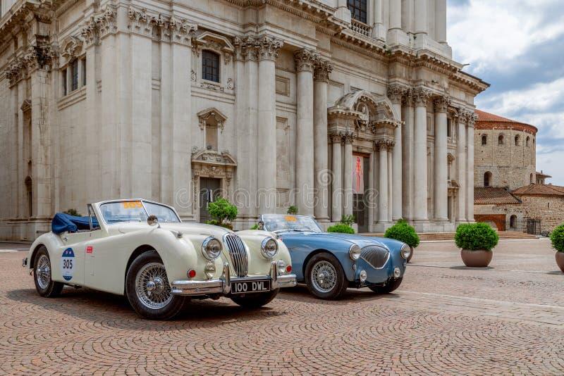 1000 millas 2019, Brescia - Italia 14 de mayo de 2019: La carrera de coches hist?rica de Mille Miglia Exposici?n de los coches hi imagen de archivo
