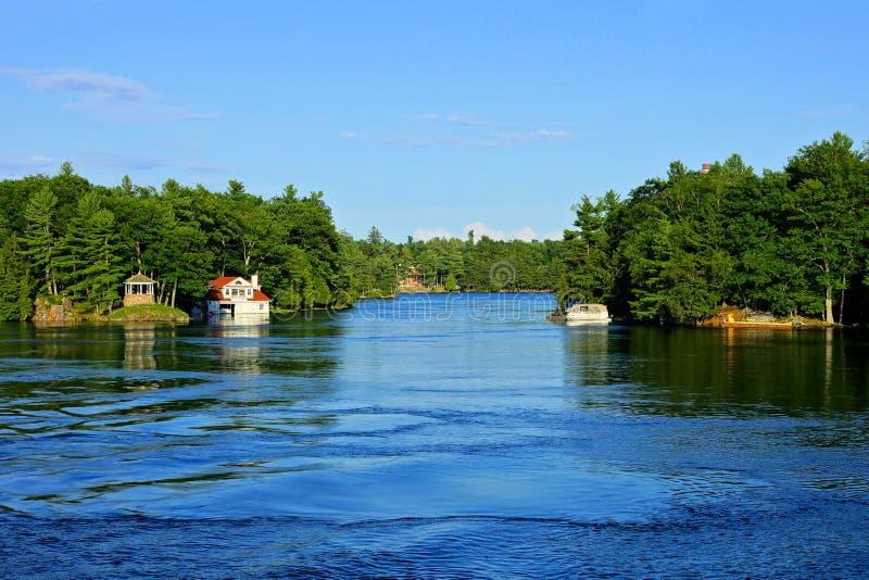 Mille îles pendant l'été avec le cottage et le bateau, Ontario, Canada photos libres de droits