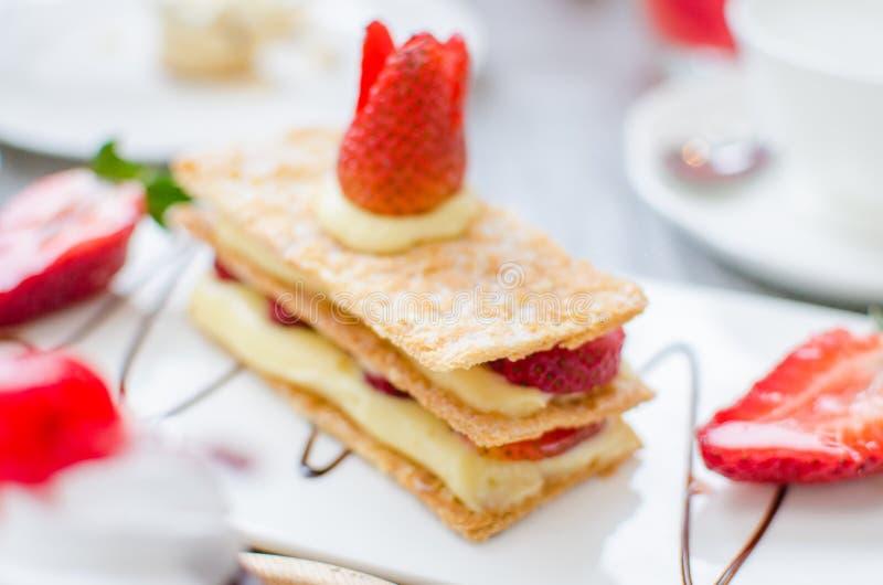 Mille-feuille, Blätterteig überlagert mit Erdbeeren und gepeitscht lizenzfreies stockbild