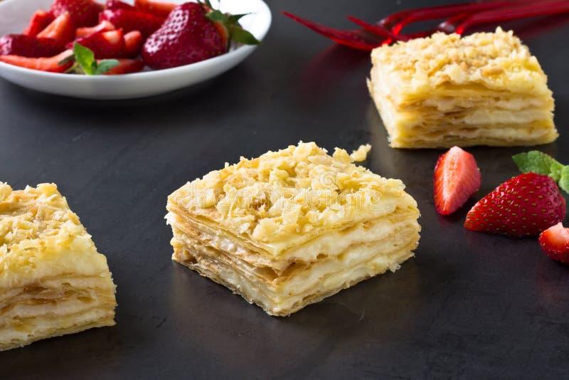 Mille-feuille ptysiowy ciasto znać jako Napoleon, waniliowy plasterek fotografia stock