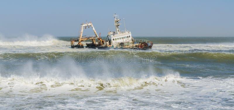 Mille 108, Namibie - 21 juin 2014 : Ruinez Zeila s'étendant sur le banc de sable pendant la tempête et les vagues image libre de droits