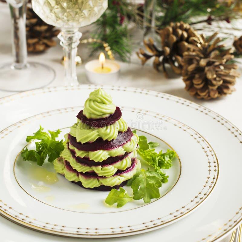 Millefeuille con la mousse dell'avocado e della barbabietola immagini stock
