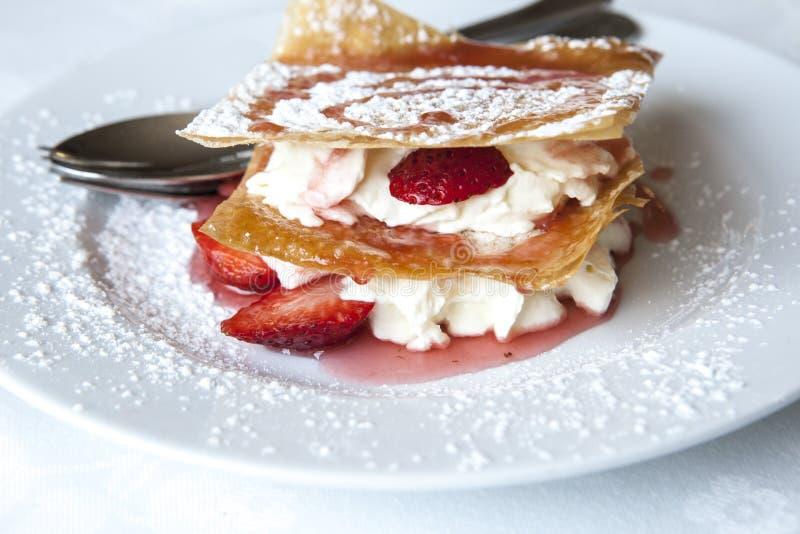 Millefeuille met aardbeien en gepoederde suiker royalty-vrije stock afbeeldingen
