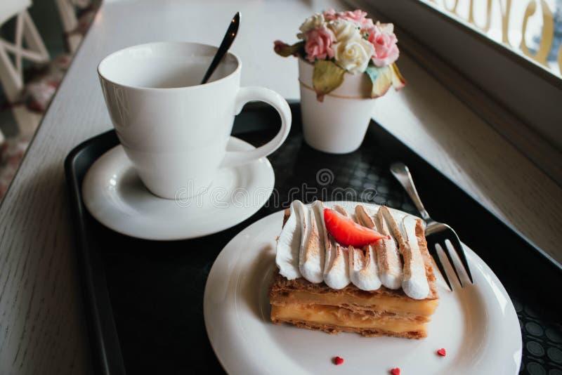 Millefoglie di Millefeuille con caffè in caffè Dessert squisito con le bacche fresche su fondo bianco Lampone francese della vani fotografie stock libere da diritti