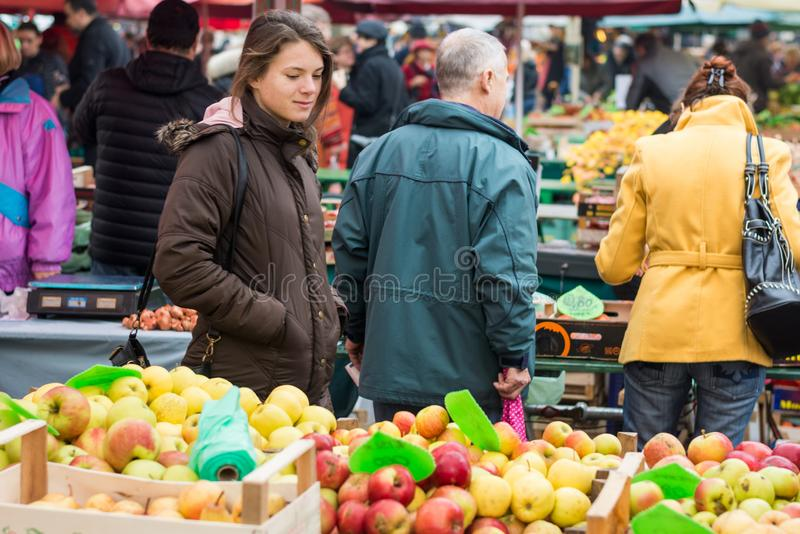 Millenial matblogger som undersöker den lokala grönsakmarknaden arkivbilder