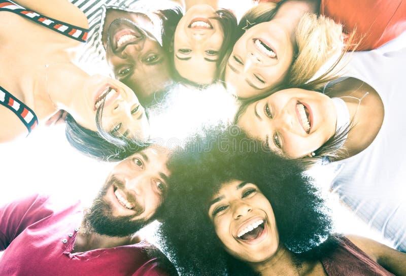 Millenials multiculturales de los mejores amigos que toman el selfie con la parte posterior igting imagen de archivo