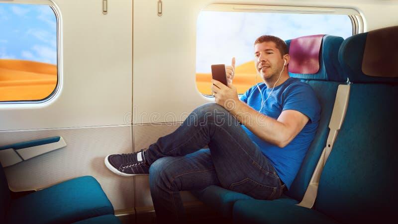 Millenialtoerist die pret hebben die levend voer op sociaal media netwerk vlogging terwijl het reizen door trein om wereldwoestij royalty-vrije stock afbeeldingen