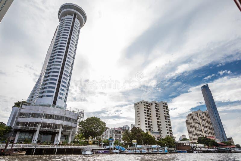 Millenium Hilton Hotel som ses från Chao Phraya River i metropolisen av Bangkok i Thailand royaltyfri bild