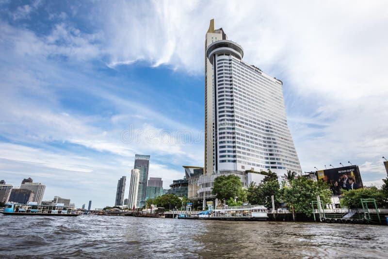 Millenium Hilton Hotel som ses från Chao Phraya River i metropolisen av Bangkok i Thailand royaltyfri foto