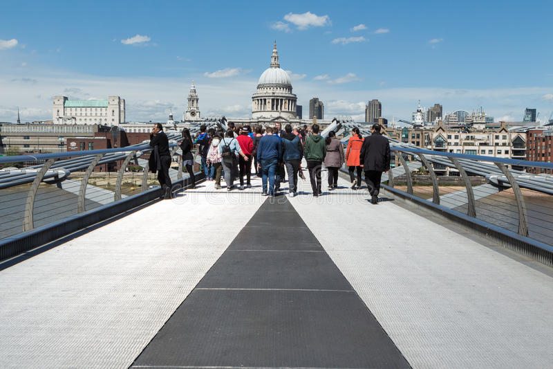 Milleniumbro och St Pauls i sommar royaltyfri fotografi