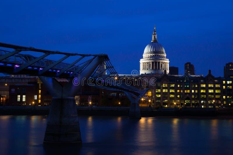 Milleniumbro & St Pauls Cathedral, London royaltyfri bild