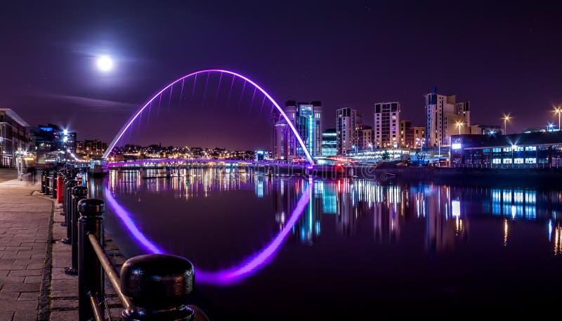 Milleniumbro under natthimmel och fullmånen, Newcastle på Tyne, UK royaltyfria bilder