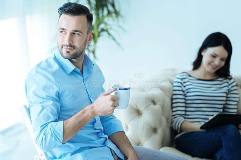 Millennial entreprenör som tycker om hans kopp kaffe royaltyfri foto