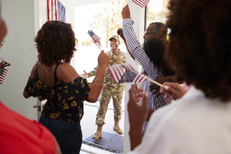 Millennial kobieta i rodzinnego powitalnego młodego amerykanin afrykańskiego pochodzenia żołnierz męski dom, zakończenie w górę obraz stock