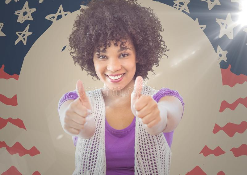Millennial kvinna som ler och ger två tummar upp mot den hand drog amerikanska flaggan med signalljuset royaltyfri bild