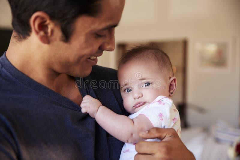 Millennial Latynoski ojciec trzyma nowonarodzonego syna, dziecka patrzeje kamera, kierowniczego i ramion, zakończenie w górę fotografia stock