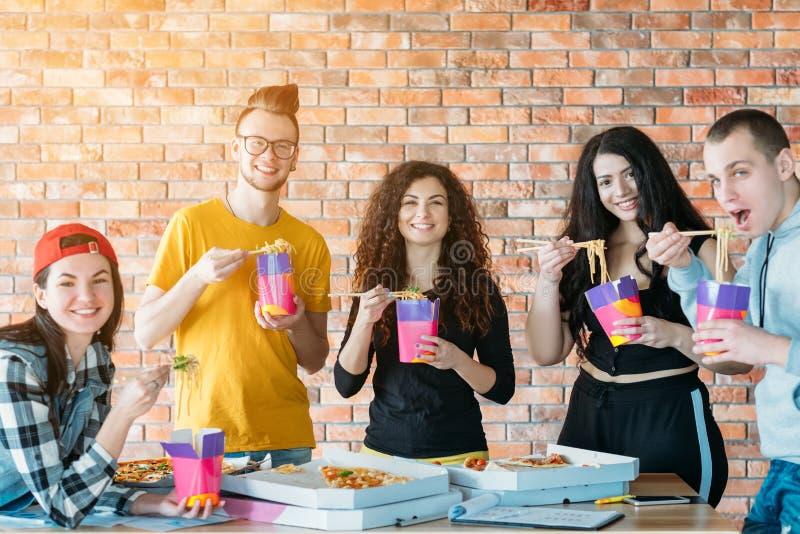 Millennial lunch ontspande toevallige atmosfeer stock afbeeldingen