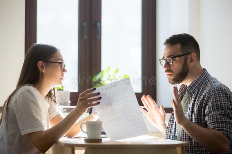 Millennial pracownicy dyskutuje praca kontrakt zdjęcie stock