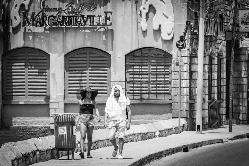Millennial turister för ung svart afrikansk amerikan som går vid Margaritaville Montego Bay arkivbild