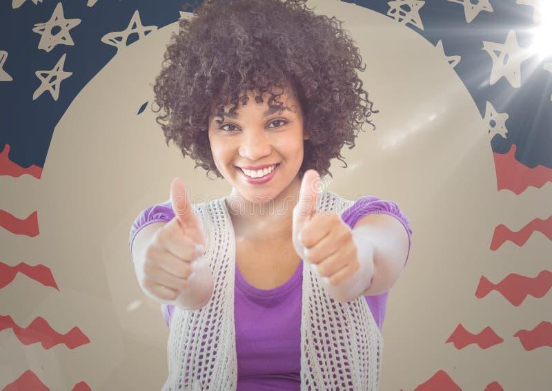 Millennial vrouw die en twee duimen glimlachen opgeven tegen hand getrokken Amerikaanse vlag met gloed royalty-vrije stock afbeelding