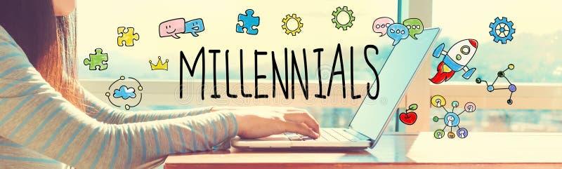 Millennials avec la femme travaillant sur un ordinateur portable photographie stock
