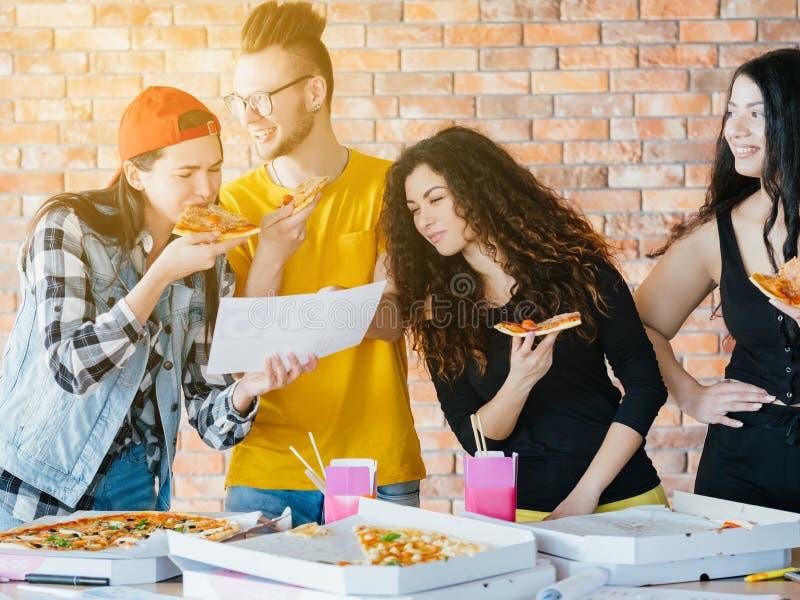 Millennials bedrijfs routine het werkverslaving stock foto
