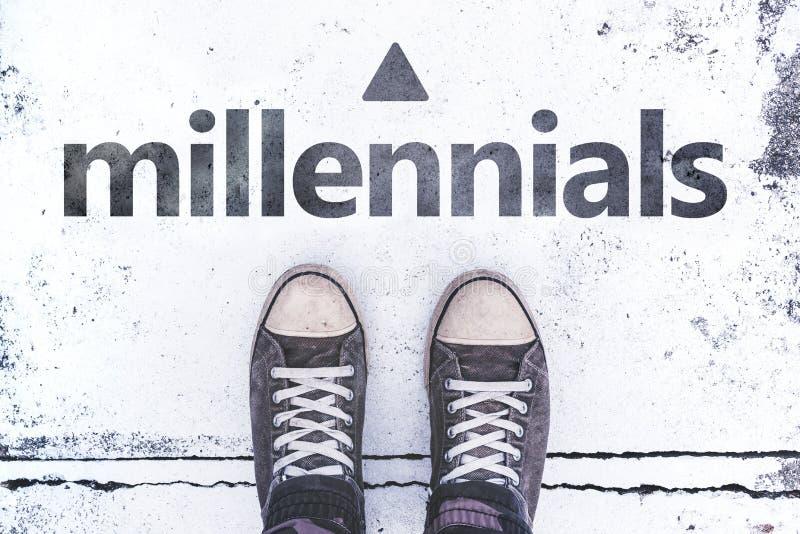 Millennials begrepp med par av gymnastikskor på trottoaren arkivfoton