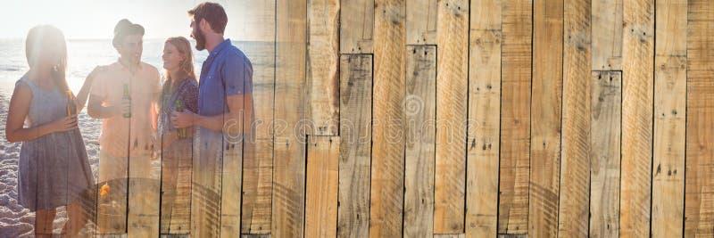 Millennials bij bbq op strand met gloed en houten paneelovergang royalty-vrije stock foto