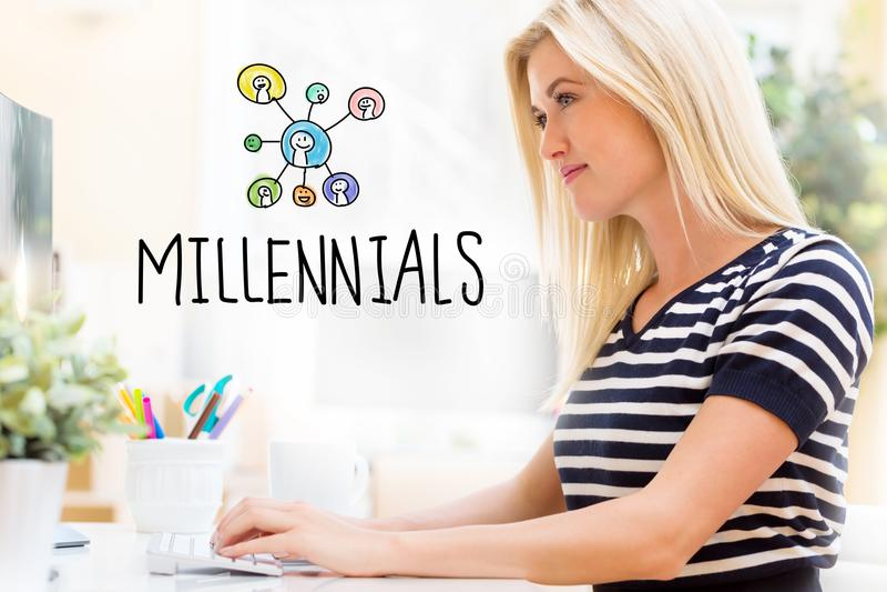 Millennials com a jovem mulher feliz na frente do computador imagens de stock