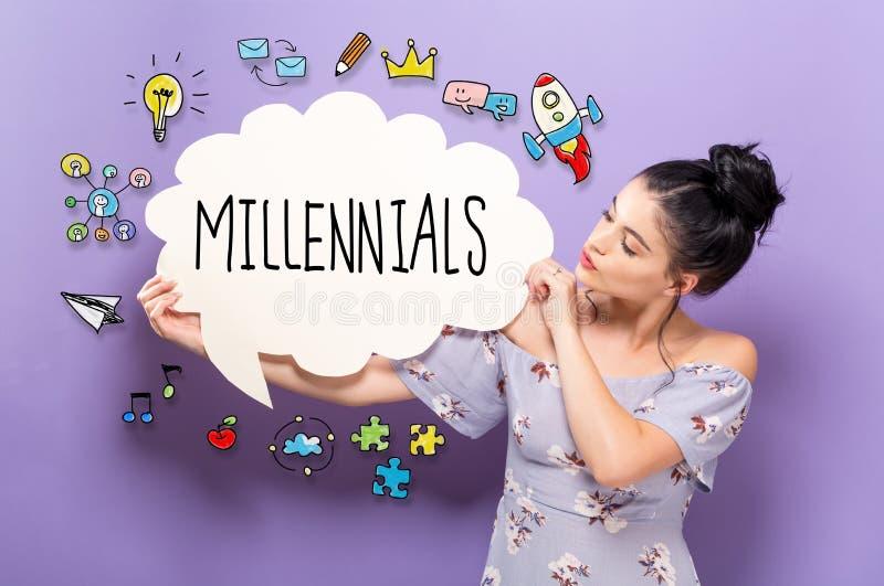 Millennials con la mujer que lleva a cabo una burbuja del discurso foto de archivo