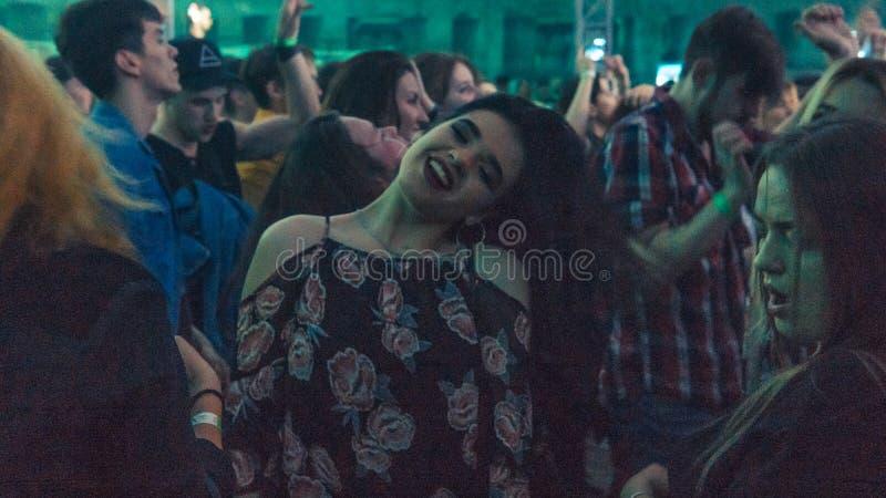 Millennials dansar i nattklubb Nattklubbparti arkivfoton