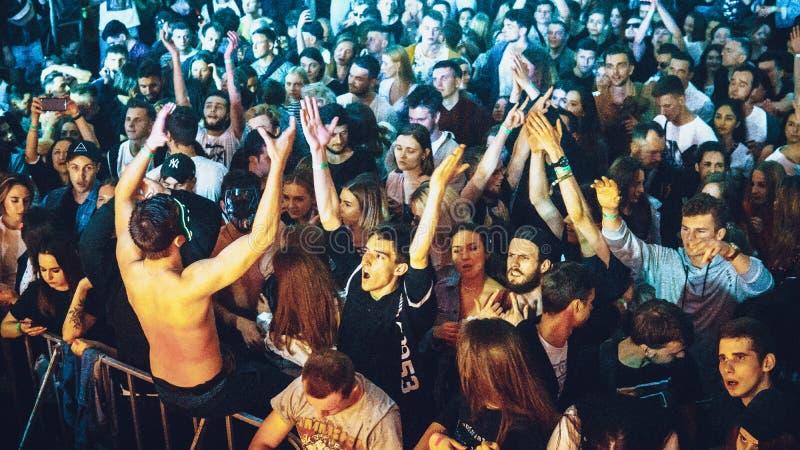 Millennials danst in nachtclub De partij van de nachtclub stock foto