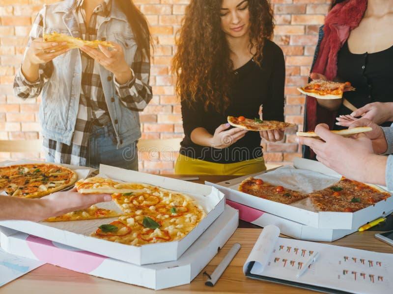 Millennials de la forma de vida de la pizza del almuerzo del equipo del negocio fotos de archivo