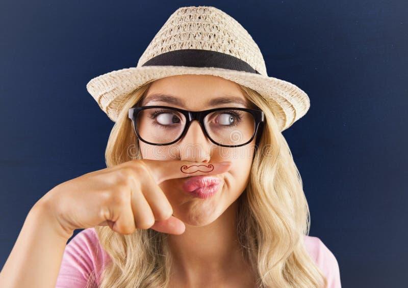 Millennials flicka med mustaschen som dras på fingret mot blå bakgrund med den vita karaktärsteckningen royaltyfria foton