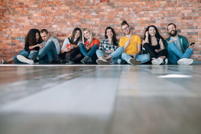 Millennials lycklig fri klämmig utveckling royaltyfri bild