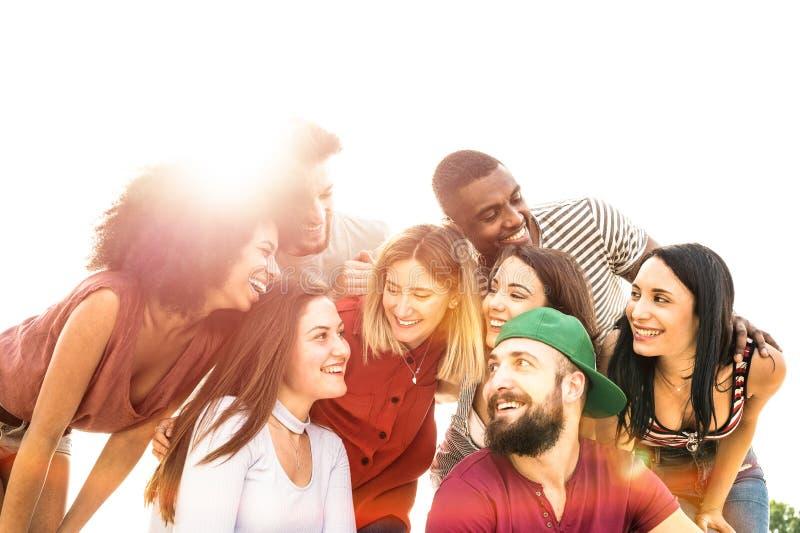 Millennials multirraciais dos melhores amigos que olham-se com luminoso fotografia de stock