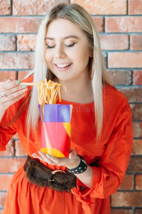 Millennials odżywiania lunchu jedzenia nowożytna dostawa obraz royalty free